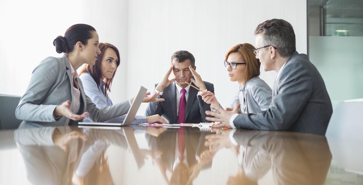 Cómo resolver conflictos en el trabajo y no salir dañado en el intento
