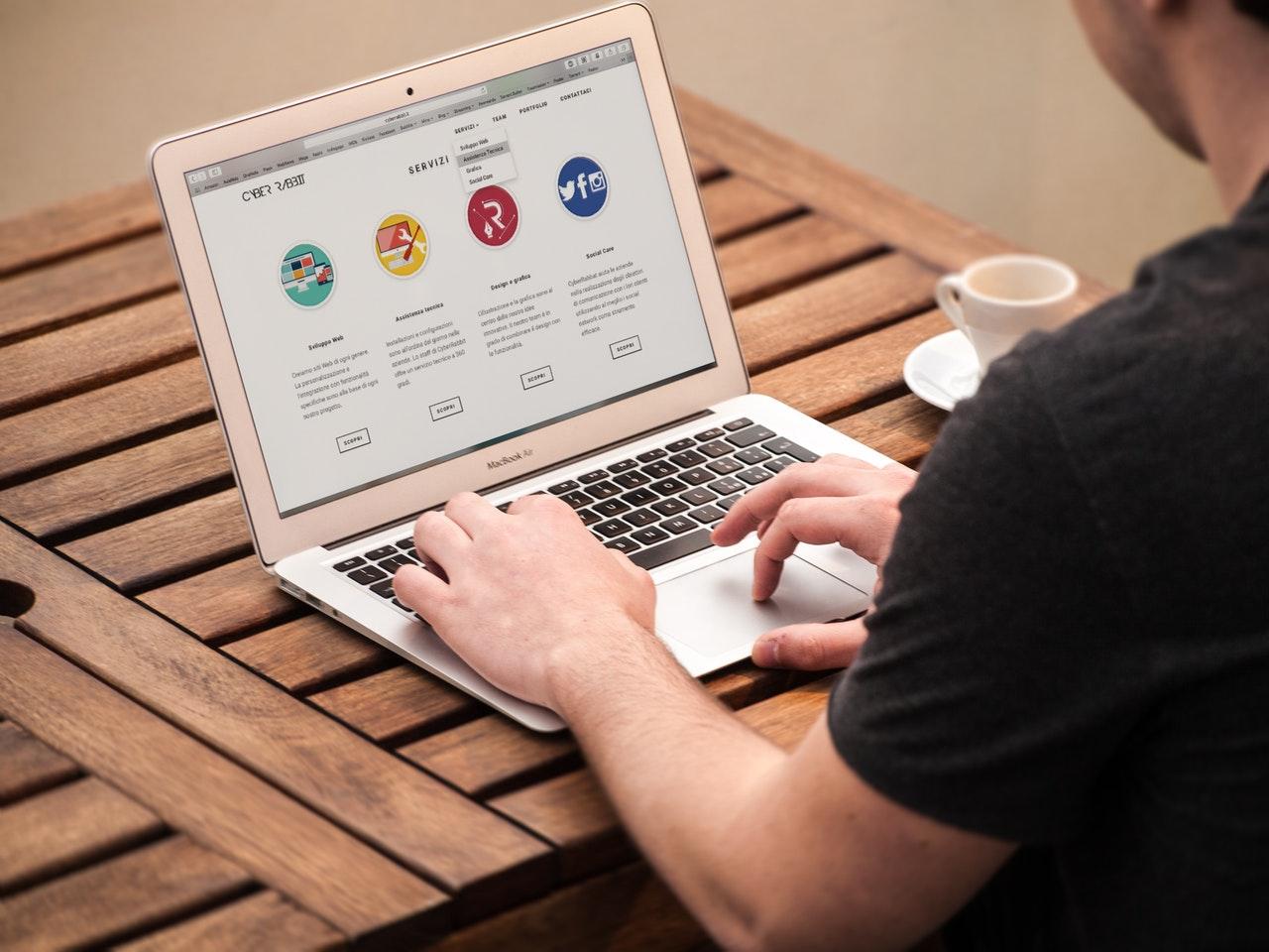 Por qué no es buena idea hacer tú mismo la página web de tu negocio